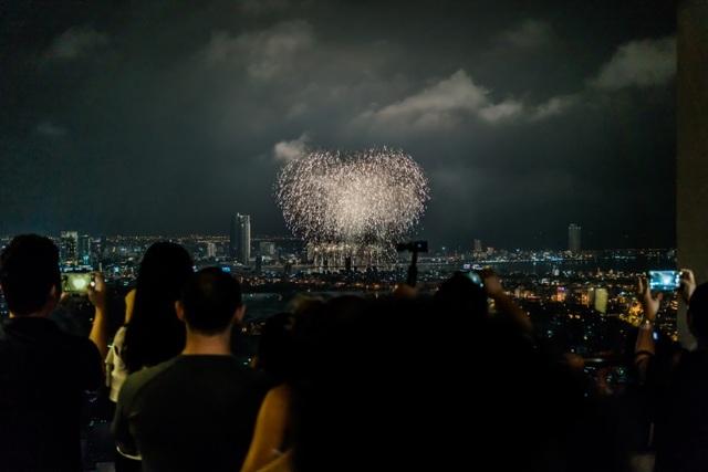 Pháo hoa sáng rực bầu trời Đà Nẵng đêm 30/4 nhìn từ bể bơi tầng 33 Altara Suites
