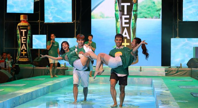 Không chỉ kéo nhau ra sự kiện Tea+ Đi trên nước để dìm nhau, Will, Jun Phạm, Jun Vũ và Hoàng Yến Chibi lại thách đấu nhau trên trang cá nhân
