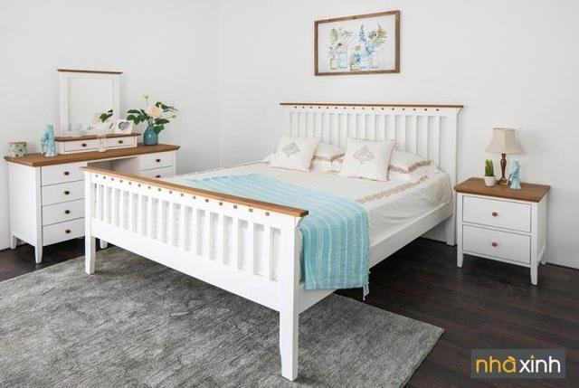 Phòng ngủ còn lại là lựa chọn cho trẻ em với thiết kế chủ đạo là tông màu trắng, nhấn nhá thêm chi tiết gỗ sồi sáng. Các sản phẩm gồm giường ngủ 1m6 hoặc 1m4, bàn đầu giường và bàn trang điểm, đặc biệt phần gương có thể tháo rời thành bàn làm việc tiện lợi.