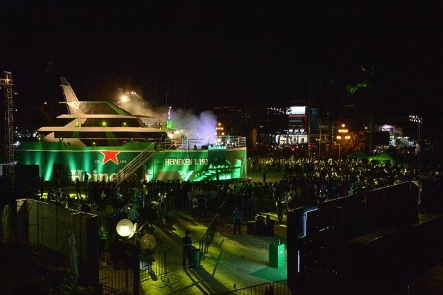 """Gây tò mò cho hàng nghìn """"hành khách"""" tham gia """"Hành trình viễn dương"""", con tàu với số hiệu Heineken 1.192 mang ý nghĩa biểu tượng hành trình trở thành hương vị bia đồng nhất, được ưa chuộng trên khắp 192 quốc gia của Heineken."""
