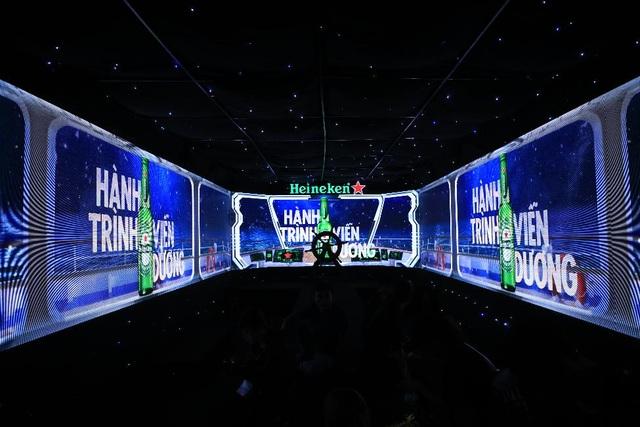 Công nghê màn hình 270 độ đa giác quan thời thượng với hình ảnh được mở rộng từ màn hình chính giữa và chạy dọc thân tàu mang đến cảm giác chân thật và sống động nhất