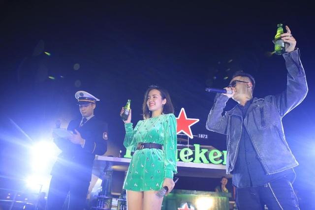 """Không thể thiếu trong chuyến hành trình khám phá hương vị bia Heineken của hàng nghìn tín đồ Hải Phòng là """"cặp bài trùng"""" mới của Vbiz Justatee và Phương Ly."""