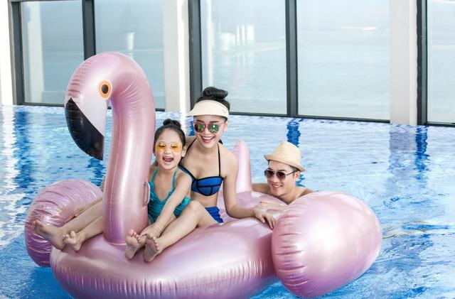 Bể bơi vô cực là nơi mọi thành viên gia đình có thể đắm mình trong làn nước trong vắt, thảnh thơi ngắm nhìn toàn cảnh biển trời và thành phố Đà Nẵng từ trên cao