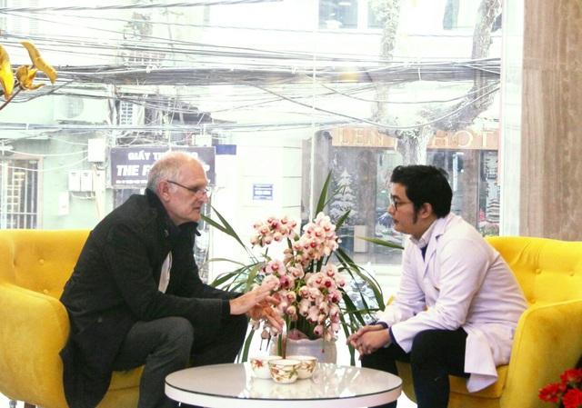 Ảnh Bác sĩ Nguyễn Anh Ngọc làm việc với Tiến sĩ Christoph Klose tại Nha khoa Home