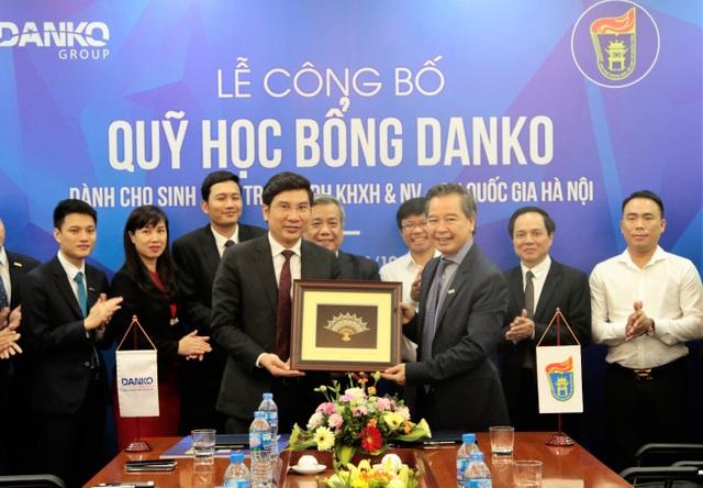 Sau khi kí kết nhận quỹ học bổng cho các sinh viên xuất sắc, GS.TS Phạm Quang Minh tặng món quà lưu niệm cho Tập đoàn Danko
