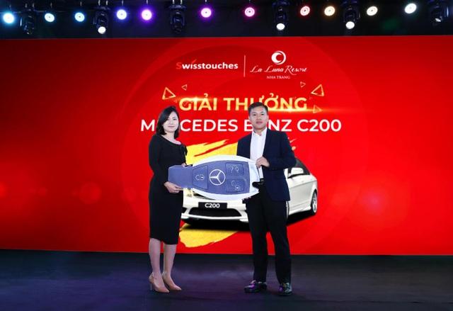 Ông Trần Ngọc Thắng – Tổng giám đốc Marina Hotel .JSC trao thưởng cho đại diện khách hàng trúng thưởng