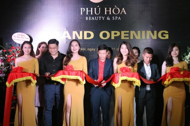 Phú Hoà beauty spa do Minh Tiệp kết hợp kinh doanh cùng Tiến sĩ, bác sĩ Nguyễn Phú Hoà và Thạc sĩ- bác sĩ, chuyên gia da liễu Ngô Thế Liêm.