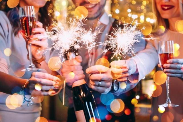 Đón năm mới trong không gian vui vẻ, rộn ràng bên những người bạn thân là khoảnh khắc vô cùng tuyệt vời khi bước sang năm mới