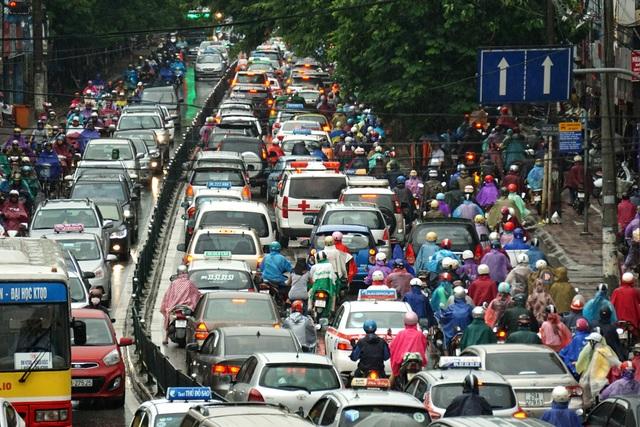 Phương tiện giao thông, đặc biệt là ô tô con dưới 10 chỗ đang ngày càng gia tăng mạnh (ảnh: Hữu Nghị)