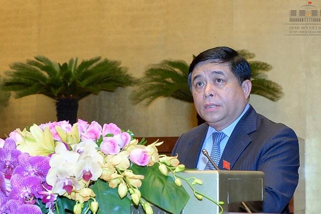 Bộ trưởng Bộ Kế hoạch và Đầu tư Nguyễn Chí Dũng trình bày Tờ trình tái cơ cấu nền kinh tế giai đoạn 2016-2020 của Chính phủ (Ảnh: VPQH)