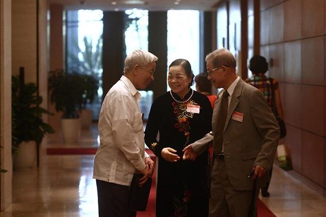 Đại biểu thảo luận bên hành lang Quốc hội (Ảnh: Việt Hưng)