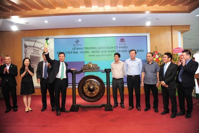 Ông Đỗ Xuân Hạ, Chủ tịch HĐQT Habeco đánh cồng khai trương giao dịch cổ phiếu BHN