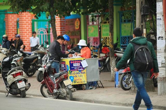 Vé số Vietlott được bán tại vỉa hè phố Kim Ngưu, Hà Nội thời điểm trước khi công ty chính thức Bắc tiến (Ảnh: C.Hiếu)