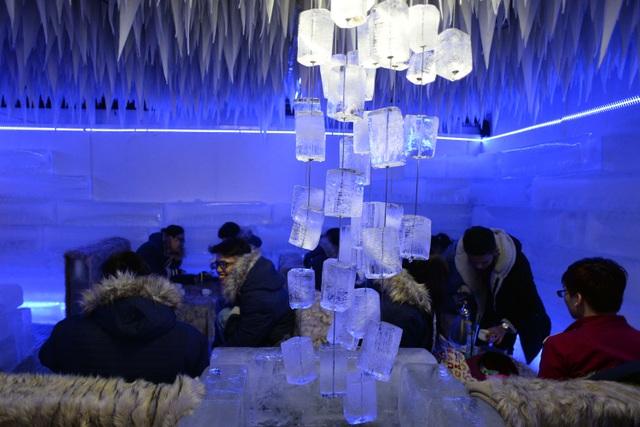 Diện tích của quán khoảng 72m2 và có thể chứa nhiều nhất khoảng 60 khách cùng lúc. Toàn bộ bàn đều được làm từ băng, ghế cũng có một số làm từ băng được trải thêm miếng nệm lót cho khách ngồi.
