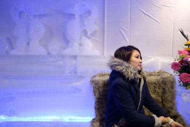 Tất cả đồ vật trong quán hầu hết được tạo nên từ băng và kết hợp với ánh sáng lạnh tạo cảm giác như đang ở một nơi thuộc xứ lạnh.