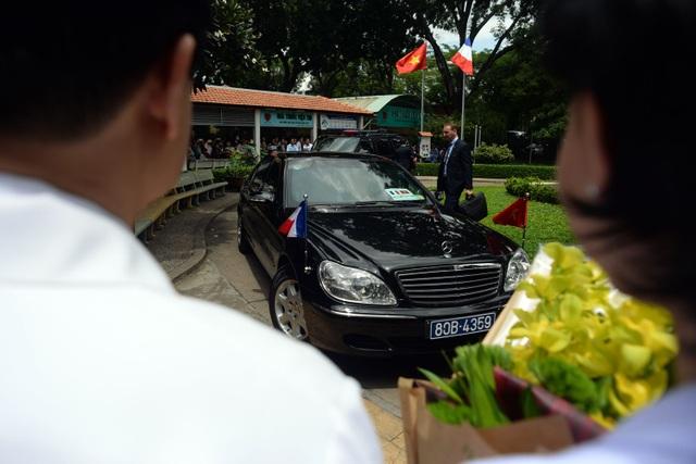 Đoàn xe của Tổng thống Pháp François Hollande đã có mặt tại Viện Tim trên đường Thành Thái, quận 10, TP HCM. Đây là bệnh viện có sự hợp tác về y học giữa hai nước.