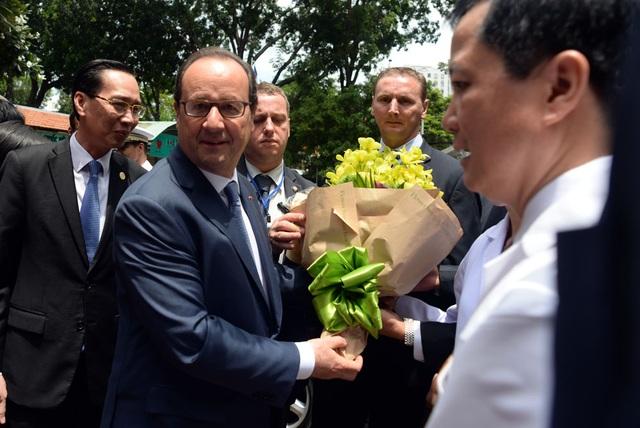 Các bác sĩ, cán bộ bệnh viện tiếp đón, tặng hoa cho ngài Tổng thống.
