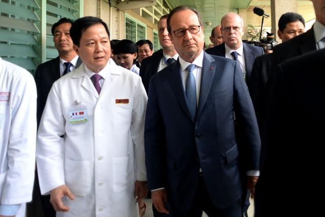 Ông François Hollande đã được các bác sĩ bệnh viện dẫn đi tham quan các cơ sở vật chất bên trong bệnh viện.