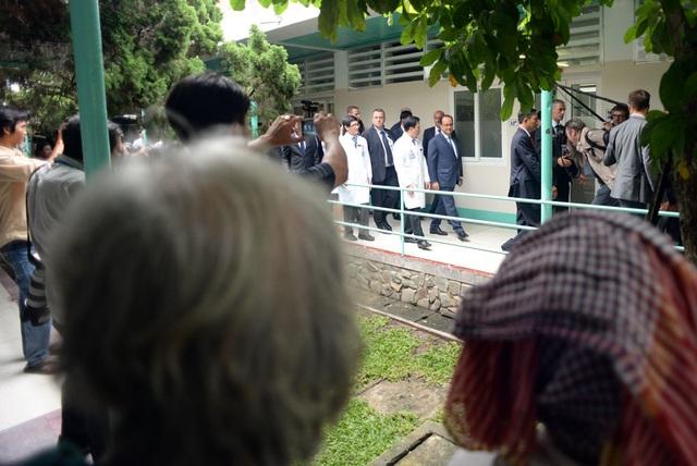 Các bệnh nhân đứng dọc hai bên hành lang vẫy chào Tổng thống.