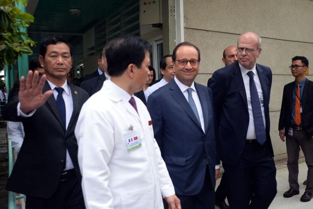 Vị Tổng thống nước Pháp luôn tỏ ra thân thiện và cười nói liên tục.