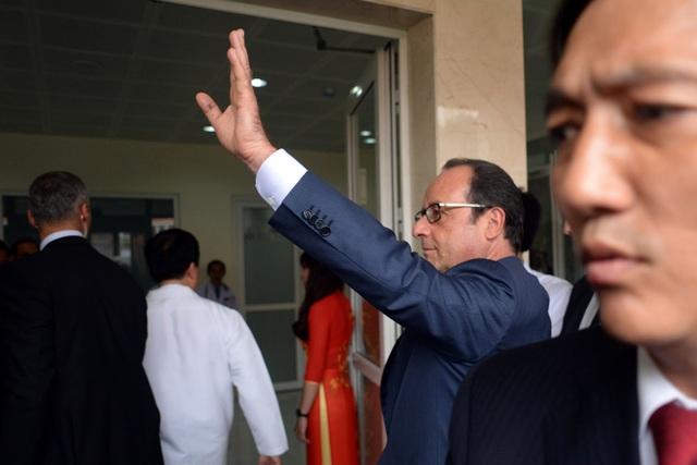 Đi tới đâu, Tổng thống François Hollande cũng được mọi người chào đón nồng nhiệt.