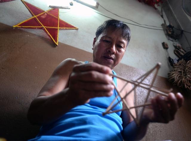 Theo truyền thống của làng nghề, vào mỗi dịp gần đến tết trung thu các hộ dân ở Phú Bình lại tất bật sản xuất lồng đèn để bán ra thị trường.