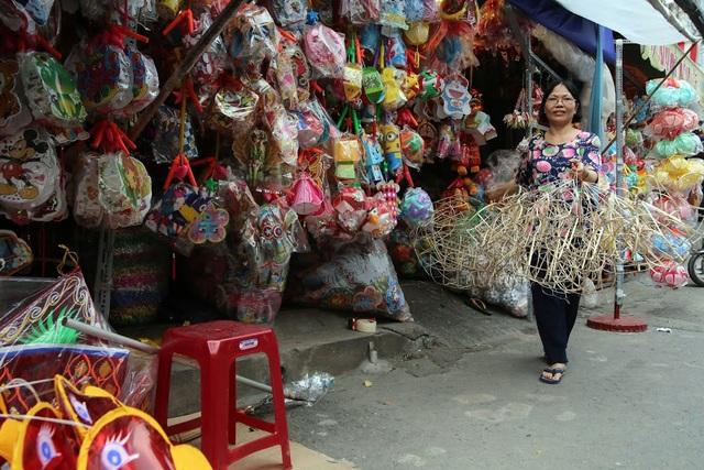 Những hộ dân làm lồng đèn sẽ giao hàng cho các tiểu thương ở phố lồng đèn Lương Nhữ Học, quận 5. Chúng tôi cũng muốn lấy hàng của mấy hộ làm lồng đèn truyền thống, nhưng mà bán không được nên chỉ treo số lượng ít - bà Nguyễn Thủy, bán hàng chia sẻ.