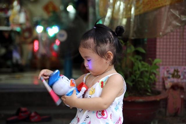 Không còn cảnh những đứa trẻ thích thú cầm những chiếc lồng đèn làm từ giấy thắp nến chạy quanh xóm, thay vào đó là những tiếng nhạc phát ra từ đồ chơi điện tử.