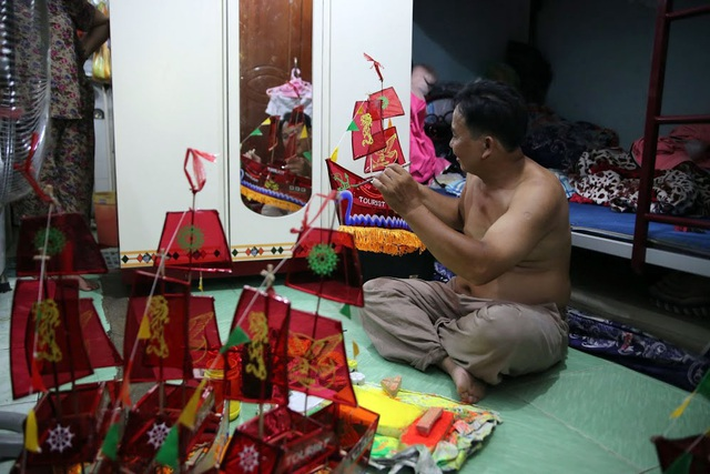 Gia đình anh Tuấn đã làm nghề từ nhiều đời nay. Anh Tuấn cho biết: Mỗi năm, số lượng lồng đèn làm ra lại sụt giảm thê thảm. Năm ngoái gia đình tôi còn nhận được đặt hàng hơn 4.000 chiếc, năm nay thì chỉ còn một nửa.