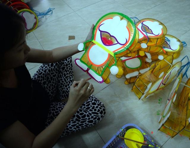 Gia đình chị Tuyết năm nay cho ra mẫu lồng đèn Doremon mới với hi vọng bán được nhiều hàng. Buôn bán ế ẩm, nhiều hộ dân phải chuyển sang nghề khác, người thì chạy xe ôm, người buôn bán hay may vá ở nhà.