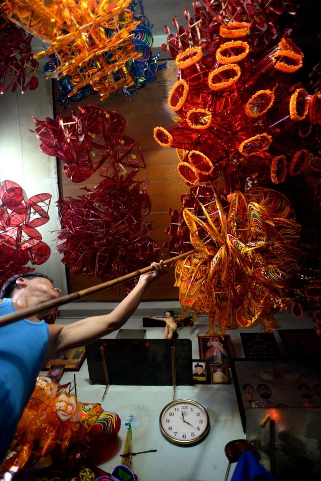 Ông Nguyễn Văn Quyền (57 tuổi) đã gắn bó với nghề làm lồng đèn hơn 30 năm. Làm lồng đèn ra nhưng vẫn chưa có người mua, ông Quyền đành treo tạm lên trần nhà.