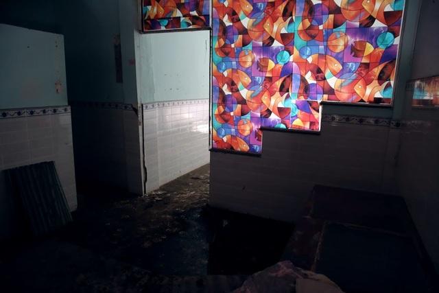 Nền nhà bám bụi, rêu mốc ẩm ướt. Ban ngày đi vào bên trong các căn phòng tối om.