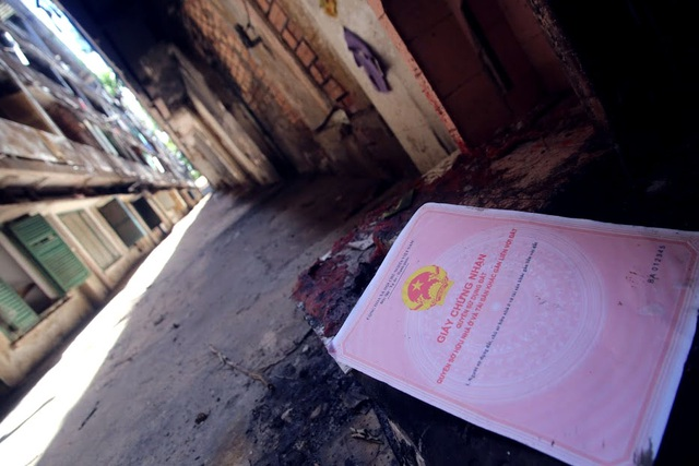 Một tờ giất chứng nhận quyền sử dụng đất cũng bị vứt lại.