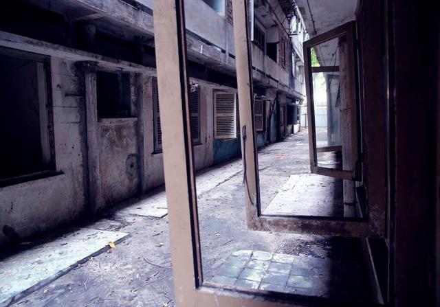 Các khung cửa sổ dọc hành lang lối đi giữa hai lô chung cư chỉ còn trơ bộ khung.