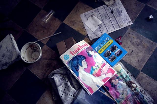 Những cuốn tập nằm vương vãi trên nền nhà.
