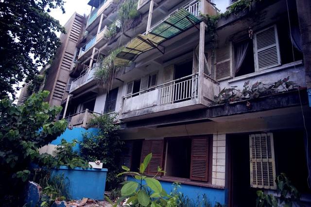 Tuy nhiên, từ tháng 8/2014, hơn 300 hộ dân ở các lô 2,4,6 di dời đi nơi khác vì chung cư xuống cấp trầm trọng. Kể từ đó đến nay, chung cư bị bỏ hoang.