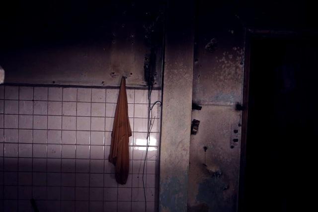 Chiếc áo thun còn sót lại trong phòng tắm của một gia đình đã bắt đầu ngả sang màu đen vì bụi bám lâu ngày.