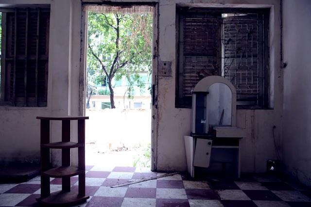 Những căn nhà hoang tàn, nhiều đồ vật bị gia chủ vứt lại khi họ dời đi nằm chỏng chơ trên nền nhà.