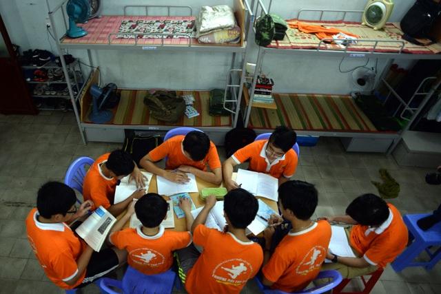 Thời gian biểu trong một ngày ở trường rất nhiều các hoạt động, bắt đầu từ 5h30 sáng cho đến 9h tối khi kết thúc việc học bài.