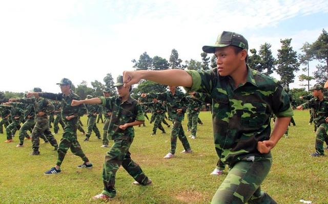 Ngoài những tiết học văn hóa, trường còn tổ chức các kỳ học ngoại khóa quân đội với những bài tập cơ bản vừa giúp các em rèn luyện sức khỏe vừa học được tính kỷ luật.