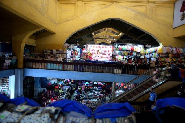 Bên trong nhà lồng chợ rộng khoảng 8.500 m2 chỉ có một trệt, một lầu được chia nhiều gian hàng nhỏ cho tiểu thương thuê lại bán hàng.