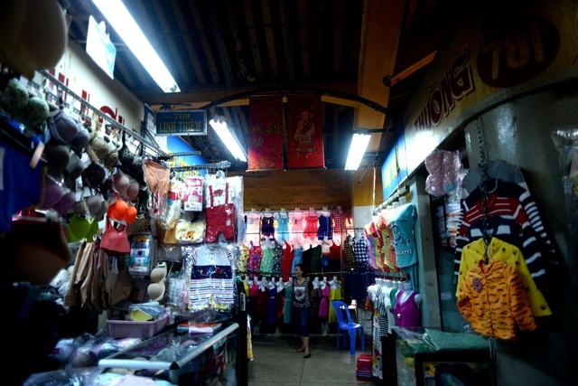 Các tiểu thương buôn bán ở chợ chủ yếu là người Hoa, họ đã gắn bó với chợ Bình Tây từ nhiều đời nay.