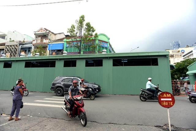 Ngôi chợ tạm được dựng lên bên cạnh để phục vụ cho việc buôn bán của tiểu thương khi chợ Bình Tây trong thời gian trùng tu.