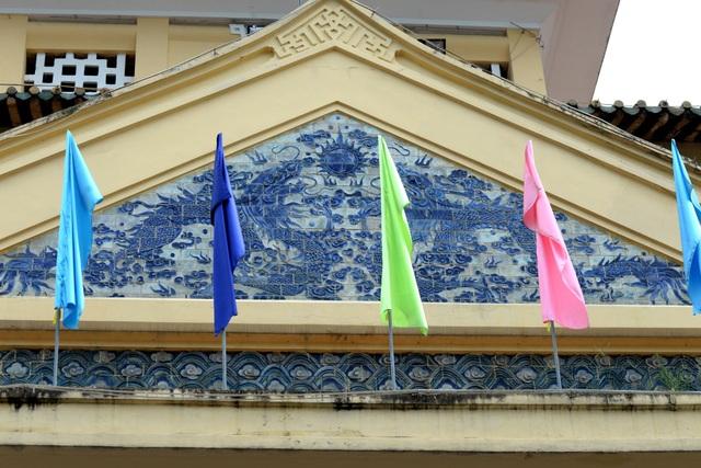 Phần mái ở các góc chợ uốn lượn, có đắp họa tiết rồng phượng theo kiến trúc của chùa chiền phương Đông.