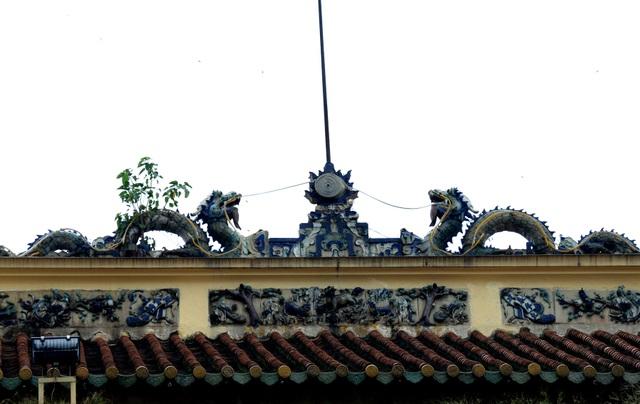 Các mái chợ được lợp bằng ngói âm dương theo kiểu chồng lớp để tạo sự thông thoáng. Phía trước cổng chính đi vào chợ được chạm khắc lưỡng long chầu châu và các họa tiết nổi bật.