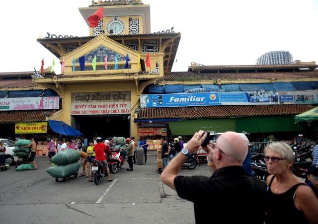 Chợ Bình Tây cũng là nơi thu hút nhiều khách du lịch nước ngoài ghé thăm.