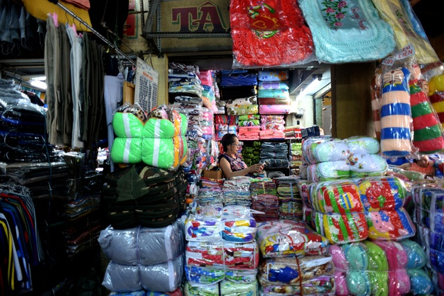 Bên trong chợ Bình Tây bày bán nhiều loại hàng hóa từ quần áo, giày dép, tới thực phẩm...