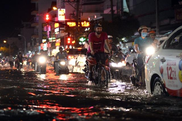 Mọi người đều chung số phận lội nước, trong cơn mưa chiều nay.