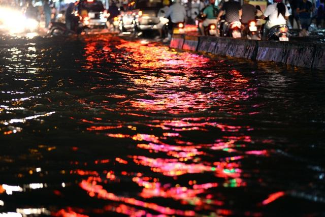 Những con đường giống như những dòng sông đầy nước giữa thành phố.