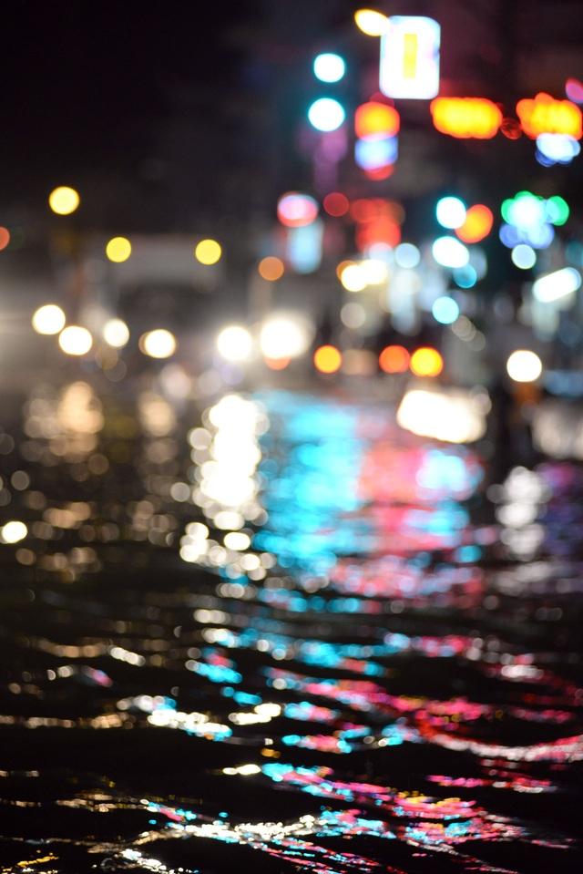 Nước mênh mông, tràn từ trong các con hẻm đổ ra đường lớn.